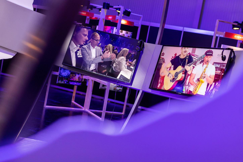 Einblick von außen nach innen - TV Monitore